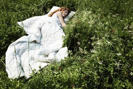 gente durmiendo: Retrato de la joven en madera misteriosa Foto de archivo