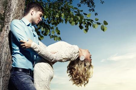 10171422-retrato-de-amor-pareja-abrazando-al-aire-libre-en-el-parque.jpg?ver=6