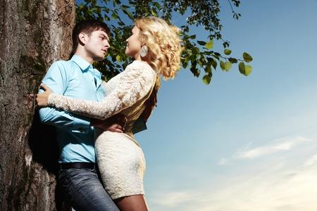 10251068-retrato-de-amor-pareja-abrazando-al-aire-libre-en-el-parque.jpg?ver=6