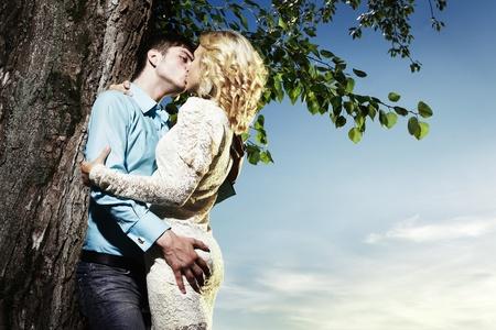 10251071-retrato-de-amor-pareja-abrazando-al-aire-libre-en-el-parque.jpg?ver=6