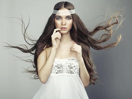 sexy fille nue: Portrait de belle jeune femme avec de longs cheveux photo Fashion fluide Banque d'images