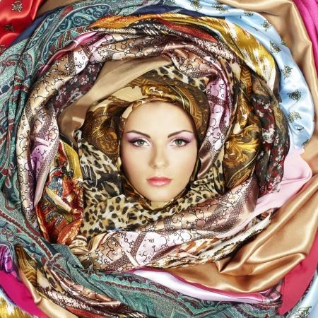 bufandas: Mujer joven cara con pa�uelos. Foto de archivo