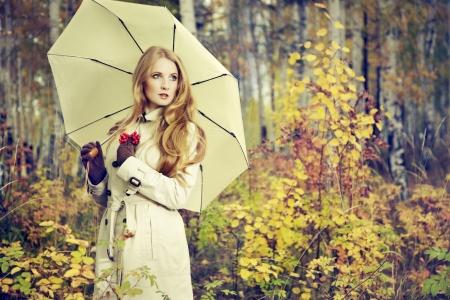 tendencja: Moda portret pięknej młodej kobiety w lesie jesienią. Dziewczyna z parasolem Zdjęcie Seryjne