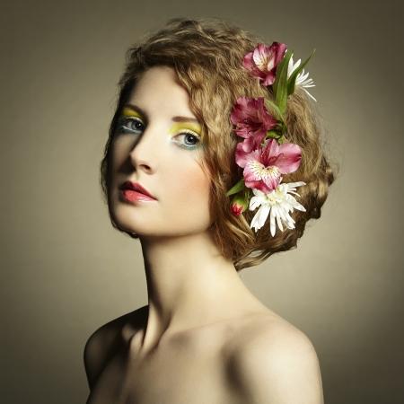 perfil de mujer rostro: Joven y bella mujer con delicadas flores en el pelo. Fotos de Primavera