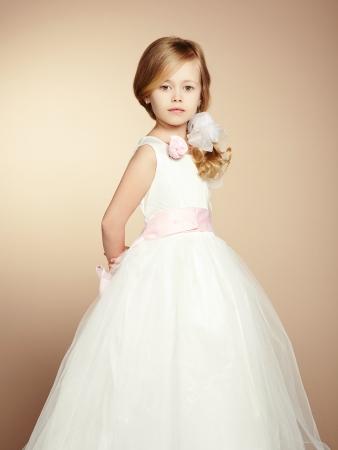 petite fille avec robe: Portrait de petite fille en robe luxueuse. Fashion photo Banque d'images