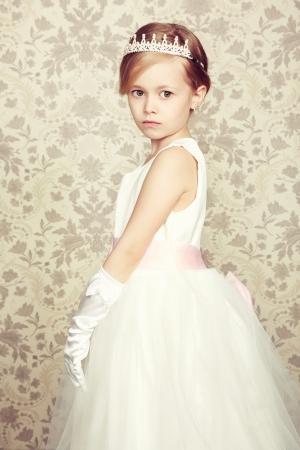 corona de princesa: Retrato de ni�a en traje de lujo. Fotograf�a de Moda Foto de archivo