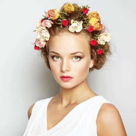 Schöne Frau mit Blumen. Perfektes Gesicht Haut. Beauty Portrait. Mode-Foto Standard-Bild - 21001523