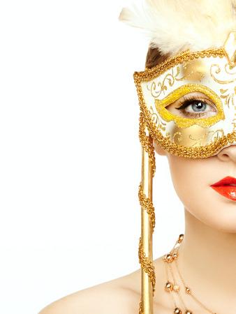 神秘的な黄金ベネチアン マスクで美しい若い女性。ファッション写真