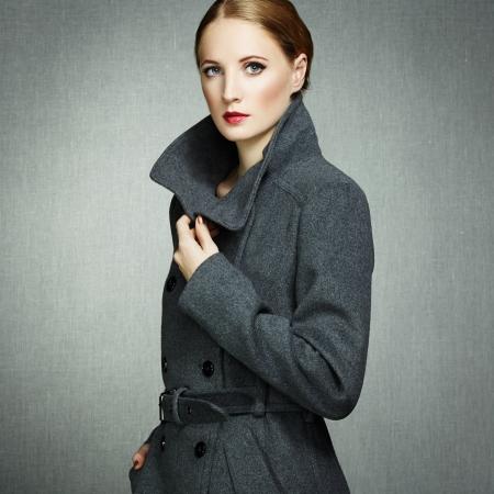 秋のコートで若い女性の肖像画。ファッション写真