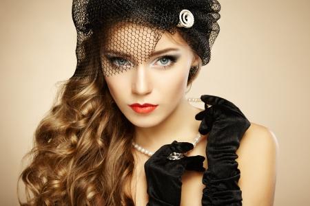 Retro portrét krásné ženy. Vintage styl. Módní fotografie
