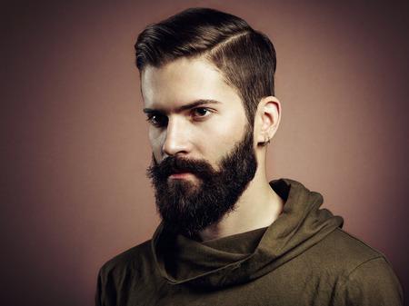 ひげを持つハンサムな男の肖像画。クローズ アップ