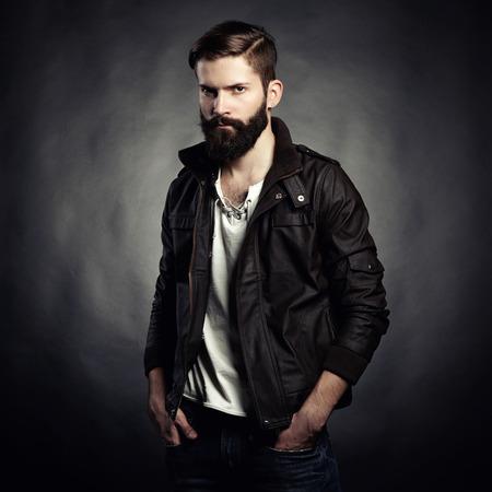 Portret van knappe man met een baard. Voorgrond