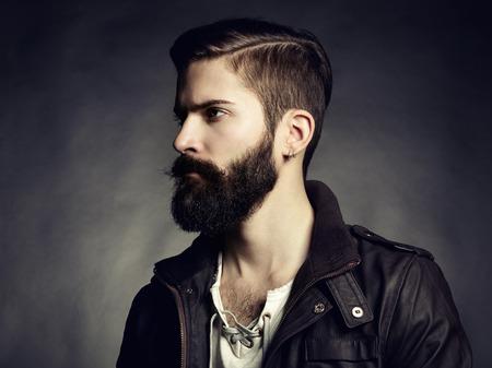 髭のハンサムな男の肖像画。クローズ アップ