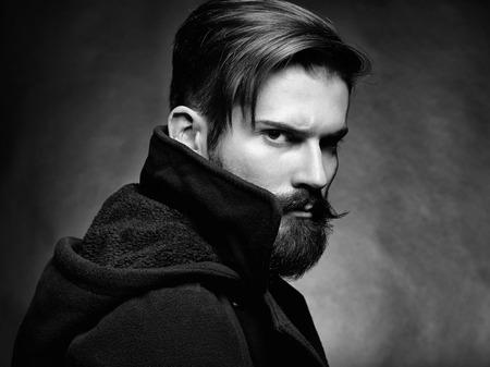 black guy: Retrato de hombre guapo con barba Primer plano