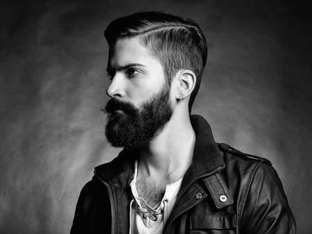 beau jeune homme: Portrait de bel homme avec une barbe Close-up