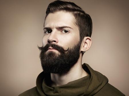 muž: Portrét pohledný muž s vousy Close-up Reklamní fotografie