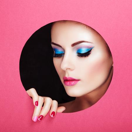 manicura: Conceptual retrato de la belleza de la mujer hermosa joven. Manicura perfecta. Sombras de ojos cosm�ticos. Foto de la manera