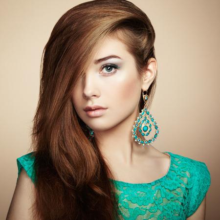 Portret van mooie jonge vrouw met earring