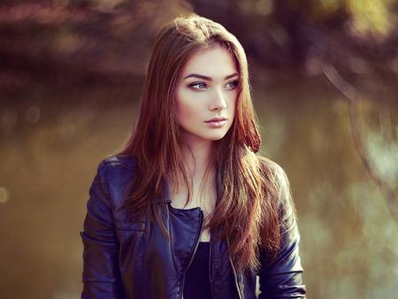modelos posando: Retrato de joven bella mujer en la chaqueta de cuero. Foto de moda