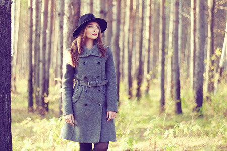 경향: 가 코트에 젊은 아름 다운 여자의 초상화입니다. 패션 사진