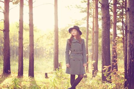 Portrait der jungen schönen Frau im Herbst Mantel. Mode-Foto Standard-Bild - 32320918