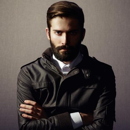 kurtka: Portret przystojny mężczyzna z brodą. Fotografia mody Zdjęcie Seryjne