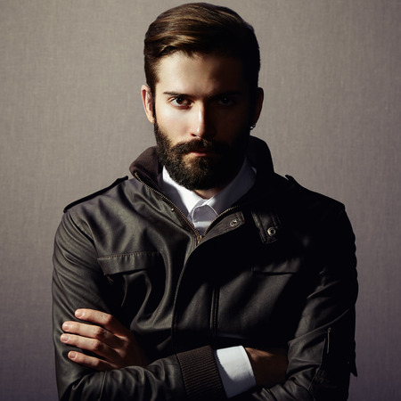 chaqueta: Retrato de hombre guapo con barba. Foto de moda Foto de archivo