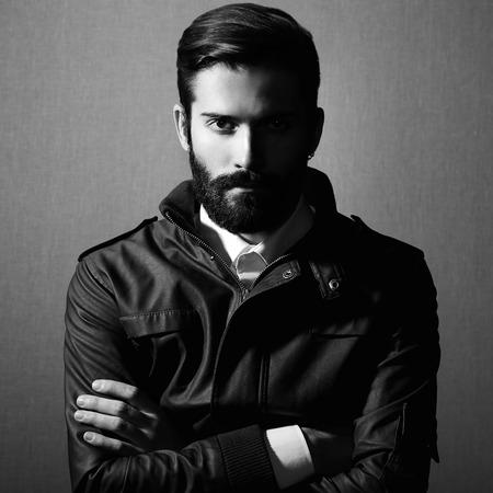 modelos negras: Retrato de hombre guapo con barba. Foto de moda. Foto blanco y negro