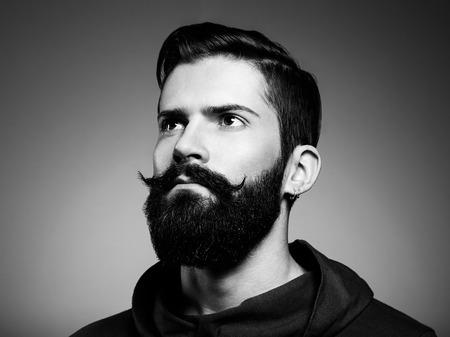 ひげを持つハンサムな男の肖像画。クローズ アップ。黒と白の写真