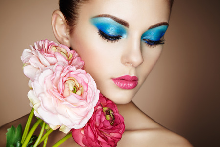 꽃과 아름 다운 젊은 여자의 초상화. 완벽한 메이크업. 완벽 한 피부. 패션 사진 스톡 콘텐츠
