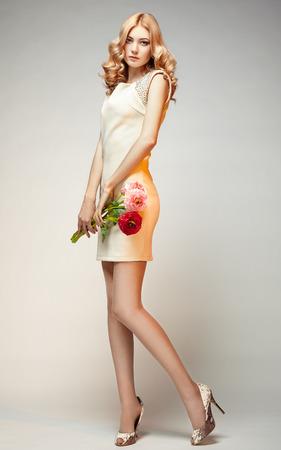 poses de modelos: Foto de moda de joven magn�fica mujer. Presentaci�n de la muchacha. Foto del estudio. La figura femenina Foto de archivo