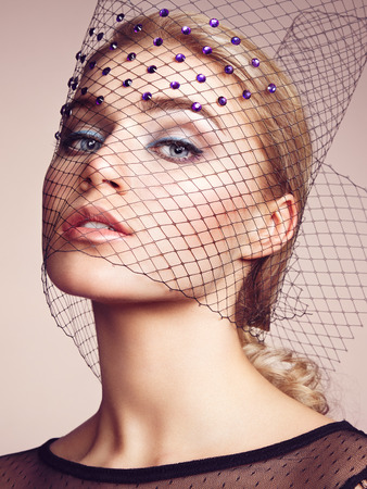 modelos posando: Retrato de joven bella mujer de cerca. Maquillaje perfecto. Una piel perfecta. Foto de moda Foto de archivo