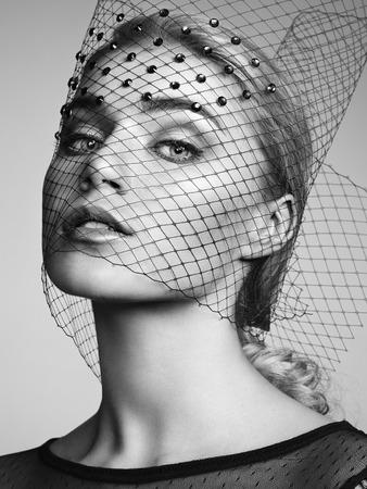 若くてきれいな女性の肖像画をクローズ アップ。完璧なメイク。完璧な肌。ファッション写真 写真素材