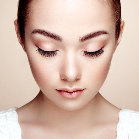 Vacker kvinna ansikte. Perfekt makeup. Skönhet mode. Ögonfransar. Kosmetisk ögonskugga