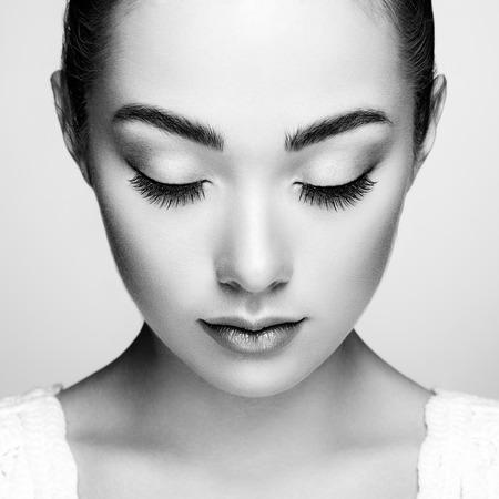 ojo humano: Cara de mujer hermosa. Maquillaje perfecto. Manera de la belleza. Pesta�as. Sombra de ojos cosm�tica