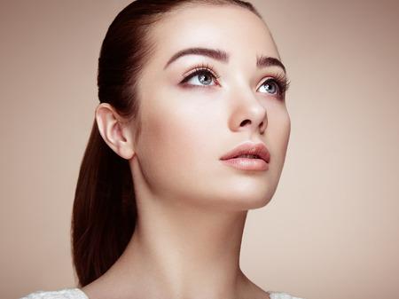 cosmeticos: Cara de mujer hermosa. Maquillaje perfecto. Manera de la belleza. Pesta�as. Sombra de ojos cosm�tica