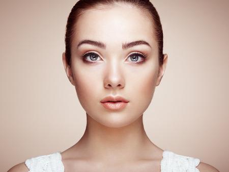 mujeres elegantes: Cara de mujer hermosa. Maquillaje perfecto. Manera de la belleza. Pesta�as. Sombra de ojos cosm�tica