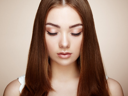 Schönes Frauengesicht. Perfektes Make-up. Beauty Mode. Wimpern. Kosmetische Augenschminke Standard-Bild