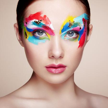 labios sensuales: Cara de mujer hermosa. Maquillaje perfecto. Manera de la belleza. Pesta�as. Sombra de ojos cosm�tica
