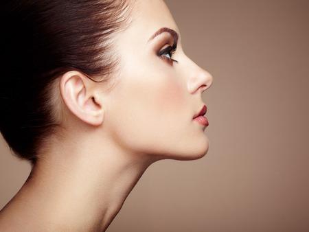 Krásná žena tvář. Perfektní make-up. Beauty fashion. Řasy. Kosmetické oční stíny