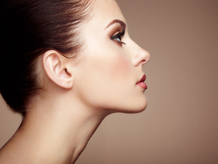 ansikten: Vacker kvinna ansikte. Perfekt makeup. Skönhet mode. Ögonfransar. Kosmetisk ögonskugga