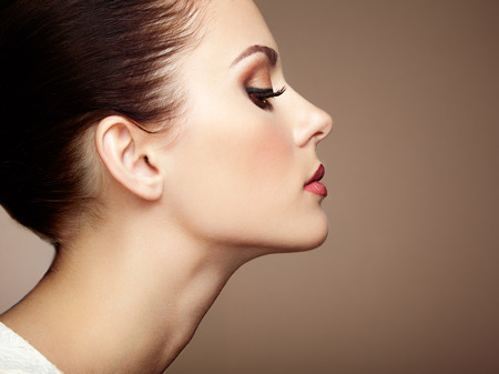 Cara de mujer hermosa. Maquillaje perfecto. Manera de la belleza. Pestañas. Sombra de ojos cosmética