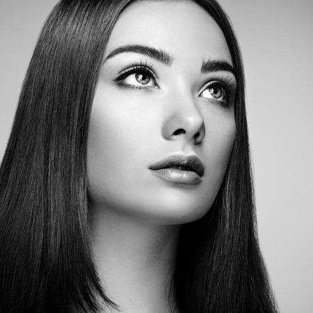 maquillaje de ojos: Cara de mujer hermosa. Maquillaje perfecto. Manera de la belleza. Pesta�as. Sombra de ojos cosm�tica