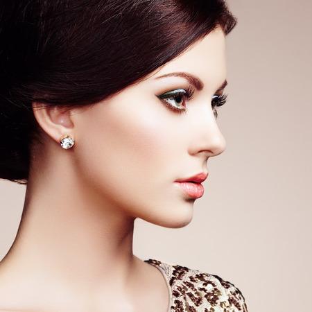modelos desnudas: Retrato de moda de mujer elegante con el pelo magn�fico. Ni�a morena. Maquillaje perfecto