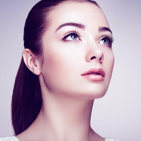 Bella donna di fronte. Trucco perfetto. Bellezza moda. Ciglia. Ombretto Cosmetic Archivio Fotografico - 39000713