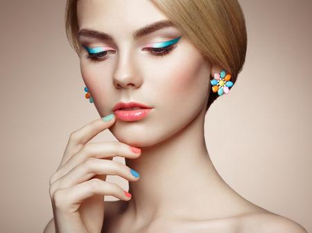 modelos posando: Retrato de la hermosa mujer sensual con elegante estilo de peinado. Maquillaje perfecto. La muchacha rubia. Foto de moda. Joyas