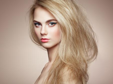 rubia: Retrato de moda de mujer elegante con el pelo magn�fico. La muchacha rubia. Maquillaje perfecto. Peinado