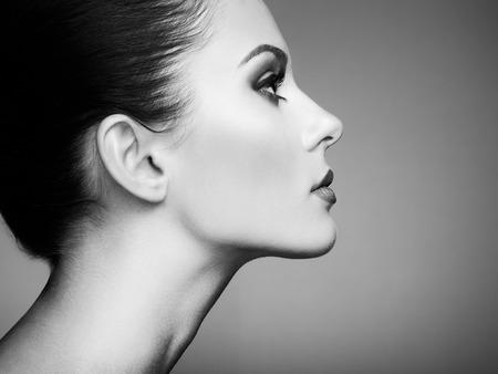 Beau visage de femme. Maquillage parfait. mode Beauté. Cils. Fard à paupières cosmétique. Noir et blanc Banque d'images - 40214127
