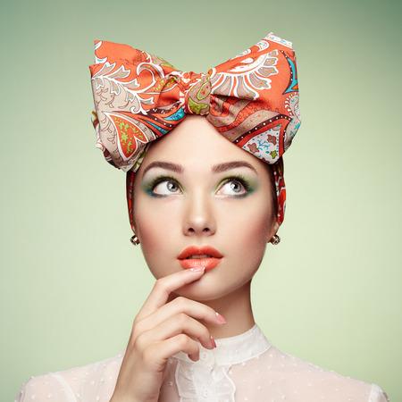 cosmeticos: Retrato de la hermosa mujer joven con arco. Niña morena. Manera de la belleza. Cosmética de maquillaje