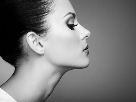 Mooie vrouw gezicht. Perfecte make-up. Schoonheid mode. Wimpers. Cosmetische oogschaduw. Zwart en wit